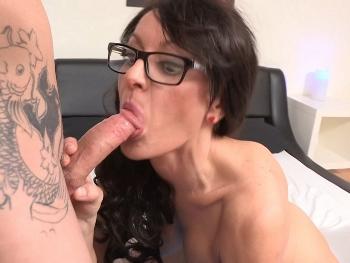 Busca trabajo como chica webcam y termina grabando sus primeros videos porno. Paula tiene muchisimo vicio