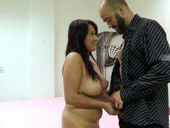 La chica de la limpieza le hace una gran mamada a David... The boss ;)