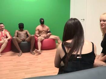Estefani y Victoria se folla a tres desconocidos. Pero primero nos dan una leccion de cerderia lesbica