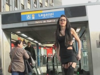 Raquel, la puta del pueblo, busca macho al que follar por las calles de Madrid
