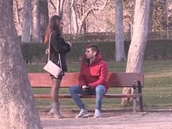 ¿Te apetece que te la chupe? Lucia Nieto salen a cazar picho tierno por el parque de El Retiro