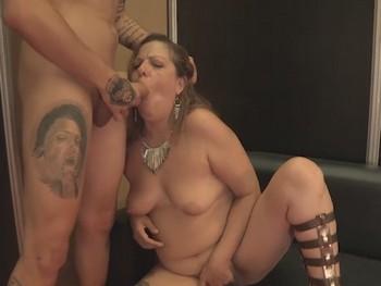 Sesion de mamadas en el intercambio de parejas del Salon Erotico de Madrid