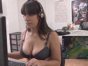Gamer profesional de LOL, youtuber y ahora ACTRIZ PORNO. Nefry92, la novia que querrias para ti