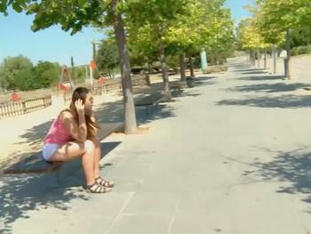 Chica abandonada, sin dinero, con hambre, sola... Nos la follamos por compasion