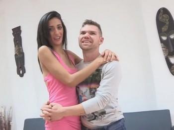 Una belleza gitana de nombre Cindy y su novio el albañil