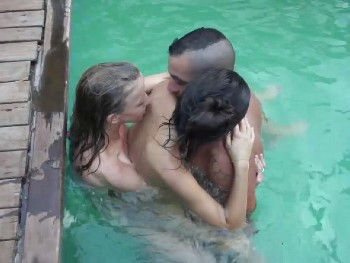 Me monto una fiesta en la piscina con mi novia, su amiga, le depilamos el coño y nos la follamos en casa
