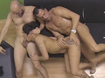 Gran espectaculo de sexo el que tenemos en este trio con la negrita Ray