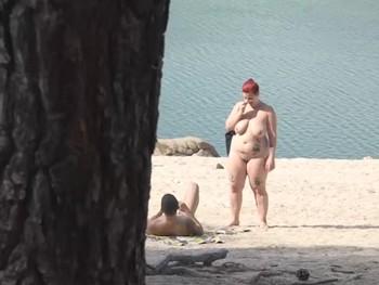 Trio liberal en la playa nudista... Maria Bose tiene ganas de doble racion de polla