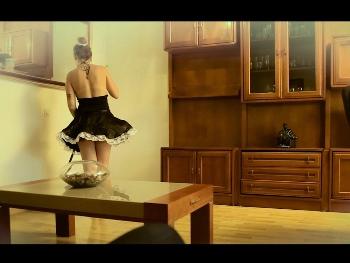 El casero le hace una proposicion indecente a la chica de la limpieza