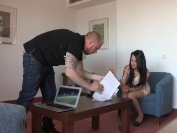 Gogó valenciana viene a su primer casting. Sara Ray... ¿ Es obligatorio follar ?