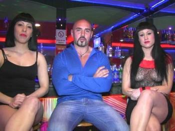 La camarera de la discoteca ve porno en directo y se calienta. Trío con los artistas.